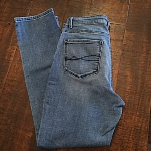 Lee jeans EUC. Slight distressed look. Size 30x28